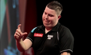 Smith possibly indicating how far away from the double he was! Image: pdc.tv